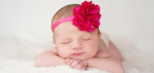 bebe-flor-rosa-cabeza-p
